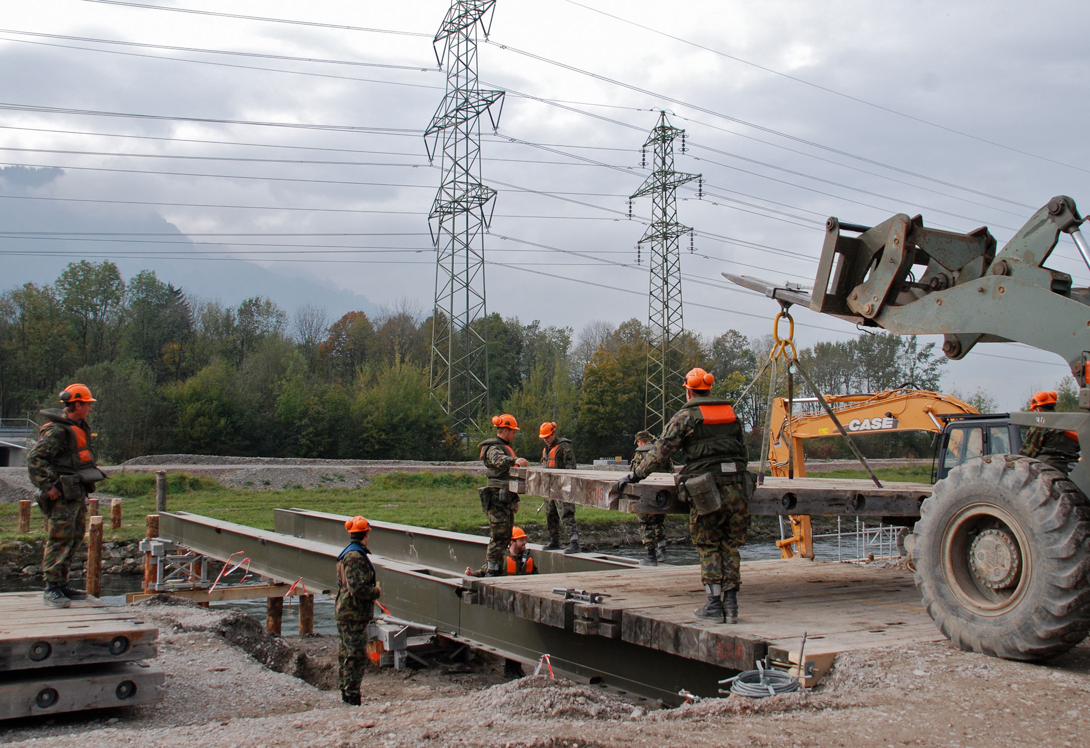 Stahlträgerbrücke des Miltärs als Baubrücke